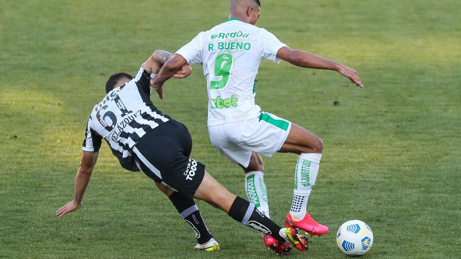 Zagueiro Emiliano Velázquez tenta desarmar o atacante Ricardo Bueno na derrota do Santos para o Juventude, no estádio Alfredo Jaconi, pelo Brasileirão 2021 - Luiz Erbes/Luiz Erbes/AGIF