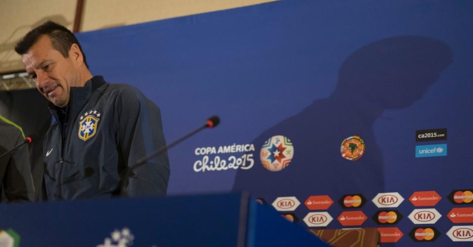 Técnico Dunga arruma posição em entrevista coletiva no Chile