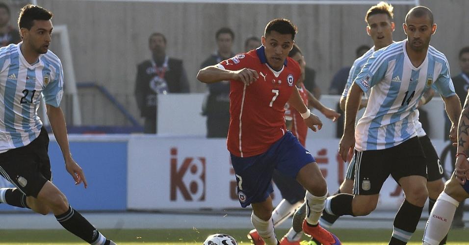Sánchez conduz a bola e é marcado por três argentinos