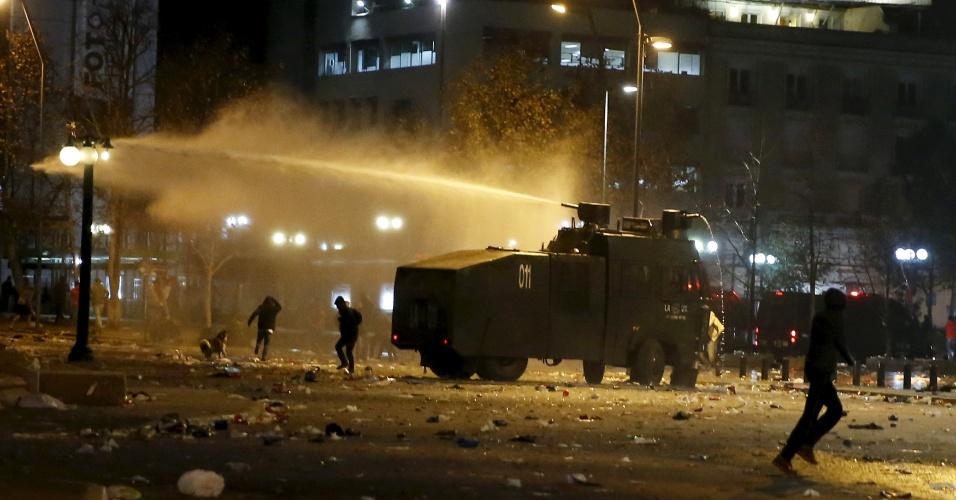 Policiais entram em confronto com torcedores chilenos em Santiago após a conquista do Chile na Copa América 2015