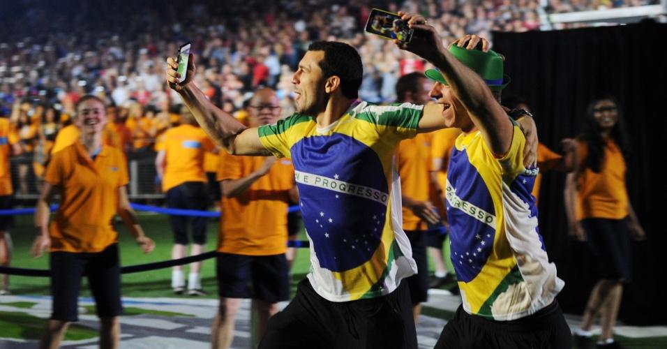 Atletas brasileiros se divertem durante o encerramento do Pan