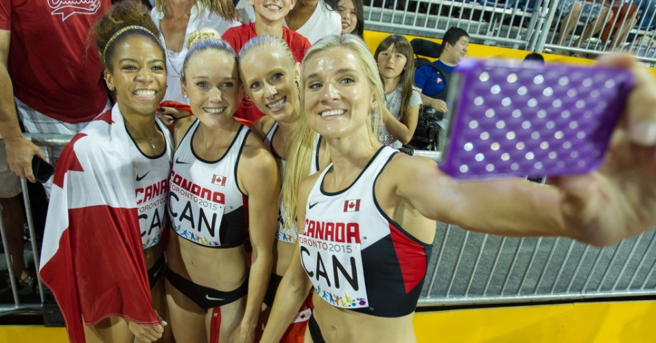Selfie bronzeado! (da esquerda para a direita) As canadenses Taylor Sharpe, Sarah Wells, Sage Watson e Brianne Theisen-Eaton depois de faturar o bronze no 4x400m