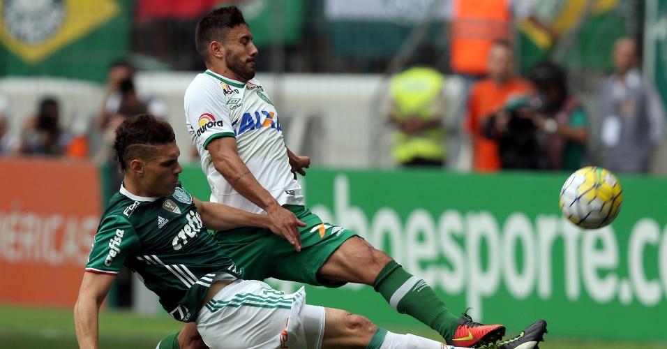 Moisés disputa a bola com jogador da Chapecoense em partida que vale o título ao Palmeiras