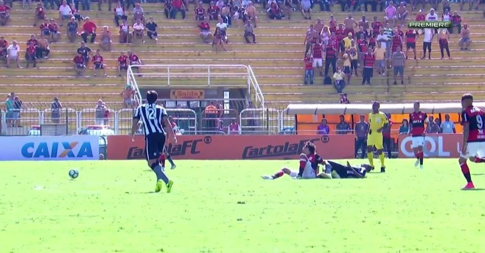 Airton vira o pé em dividida com Willian Arão, durante Flamengo x Botafogo