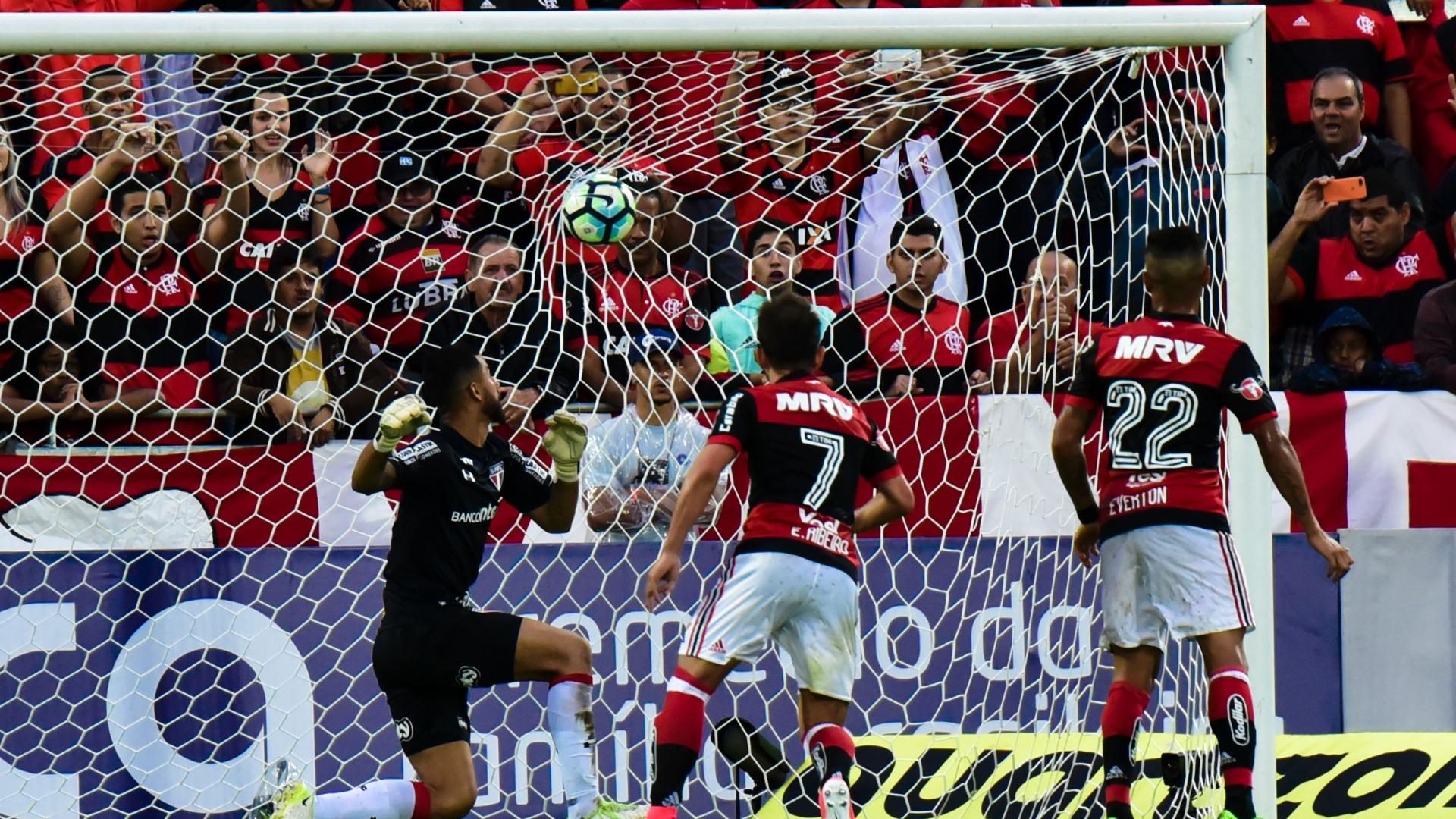 Renan Ribeiro apenas observa cobrança de falta de Guerrero estufar as redes do São Paulo