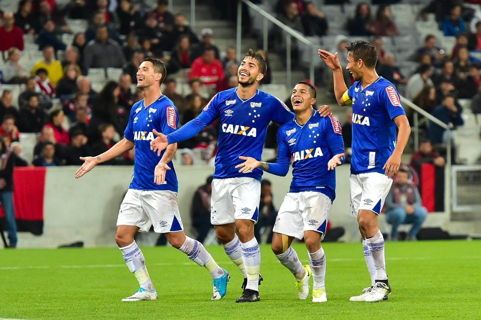 Lucas Romero comemora gol marcado com companheiros do Cruzeiro