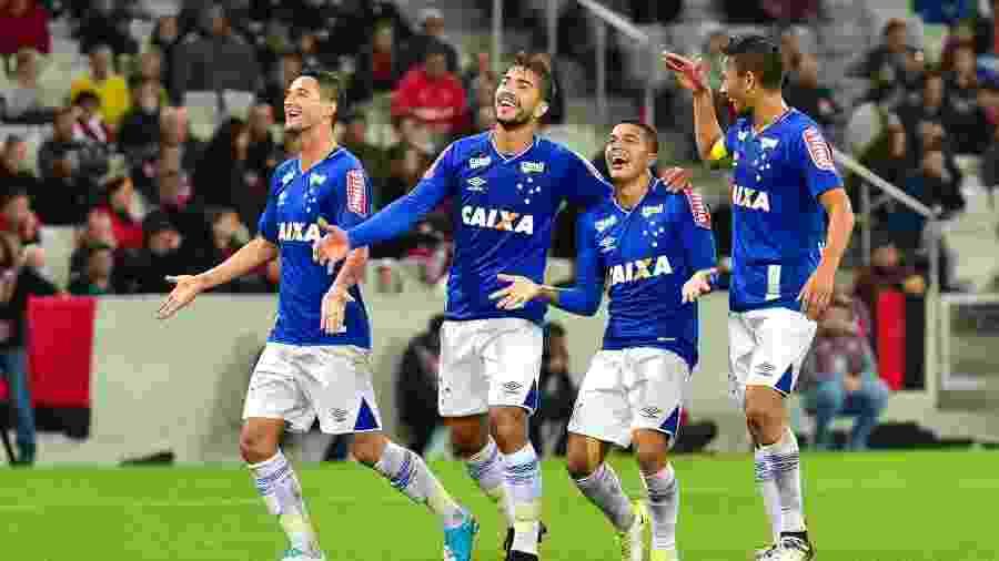 Lucas Silva, Lucas Romero e Henrique estão na briga pelas duas vagas de volante - Jason Silva/AGIF