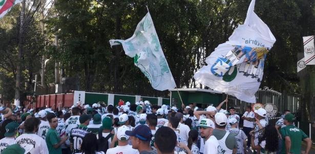 Torcida do Palmeiras protesta no CT