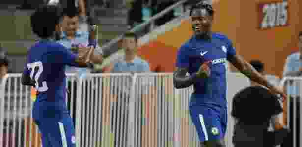 Batshuayi (dir.) comemora com Willian o segundo gol do Chelsea - Jason Lee/Reuters - Jason Lee/Reuters