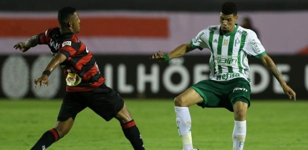 Juninho sofre drible de atacante do Vitória; zagueiro não se firmou e põe plano em xeque