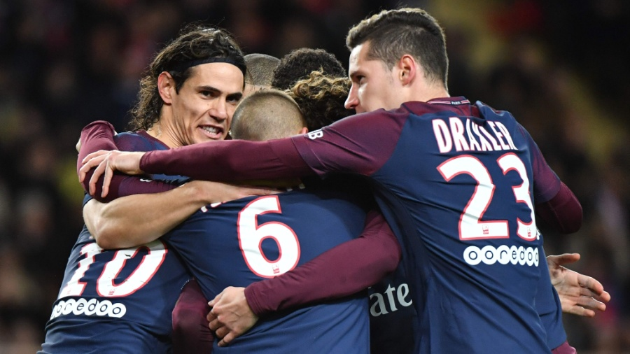 Jogadores do PSG comemoram gol diante do Monaco, pelo Campeonato Francês - AFP PHOTO / Yann COATSALIOU