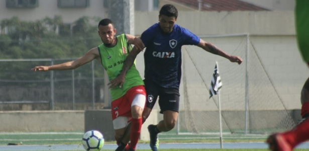 Kieza em ação em jogo-treino do Botafogo contra o Bangu