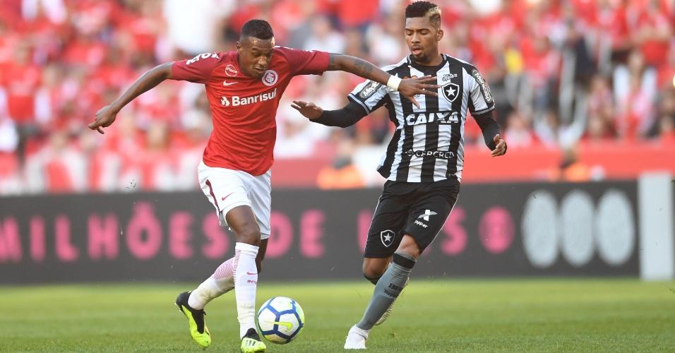 Edenilson conduz a bola em lance do jogo entre Internacional e Botafogo