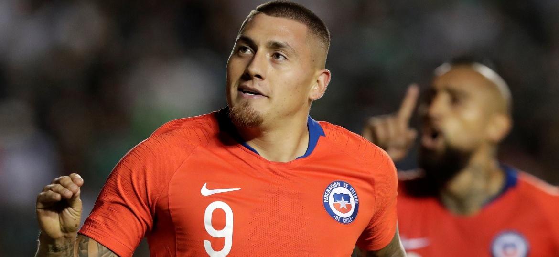 Castillo comemora o gol da vitória chilena com Vidal (fundo) - Henry Romero/Reuters