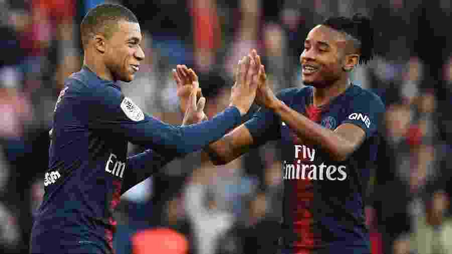 Mbappé e Nkunku comemoram gol do PSG contra o Nîmes - FRANCK FIFE/AFP