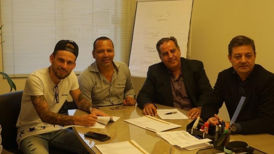 Lucas Lima (e) e Neymar Pai (segundo da esq. para a dir.) celebraram contrato e desagradaram ex-agente do jogador - Divulgação