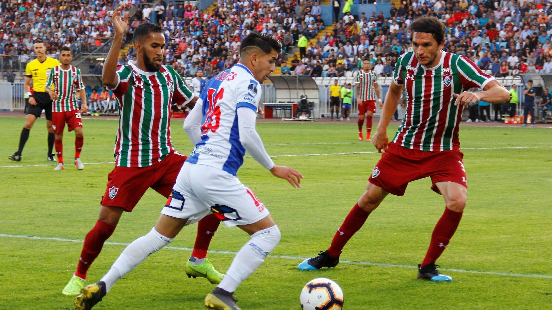 Everaldo e Matheus Ferraz, durante jogo entre Fluminense e Antofagasta