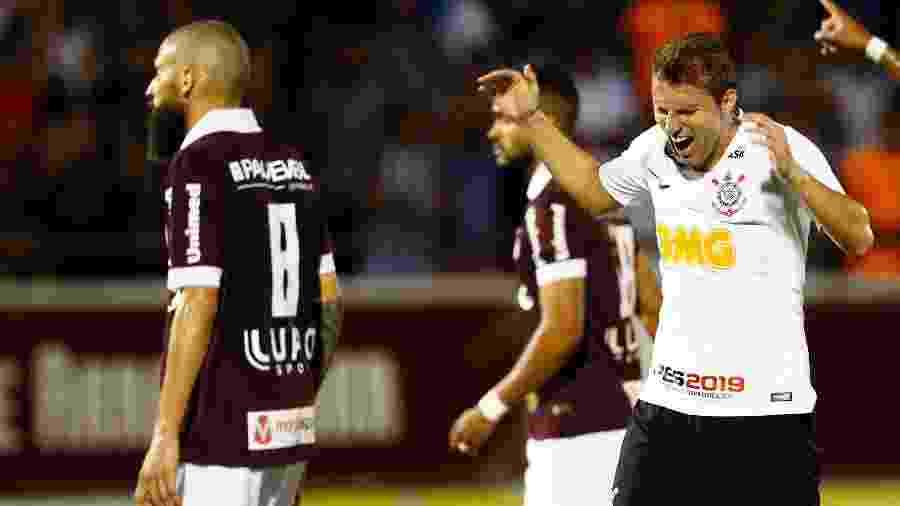 Corinthians não buscará outro zagueiro no mercado caso Henrique rescinda contrato - Thiago Calil/AGIF