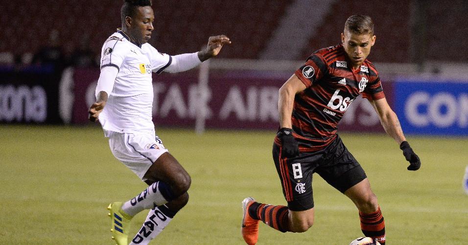 ac9954b27b Cuellar carrega a bola pelo Flamengo e é seguido por jogador da LDU