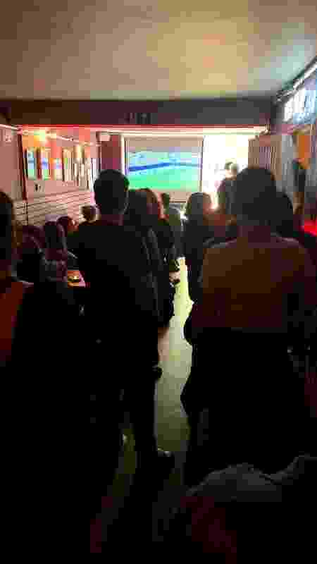 Visão interna do bar Das, durante transmissão do jogo do Brasil - Iwi Onodera/UOL