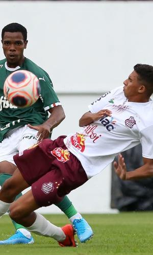 Jogadores de Palmeiras e Sertãozinho disputam bola em jogo da Copinha