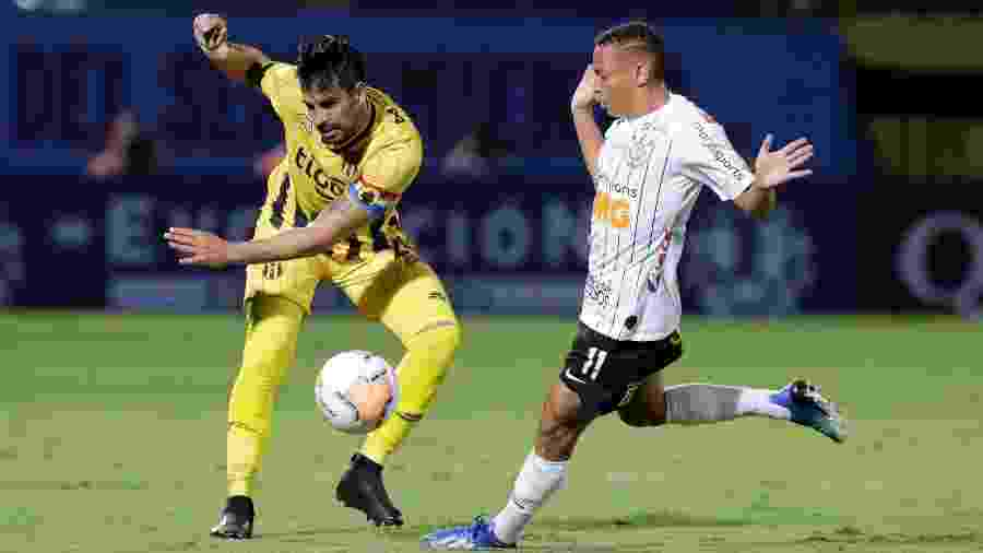 Lance do confronto entre Guaraní e Corinthians pela Libertadores envolvendo atacante Janderson - Jorge Adorno/Reuters