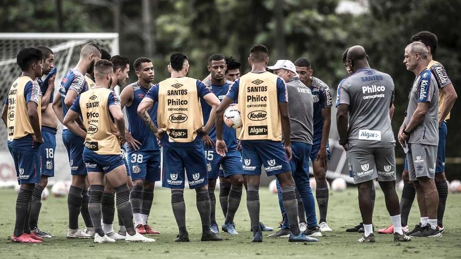 Elenco do Santos conversa no gramado do CT Rei Pelé - Ivan Storti/Santos FC