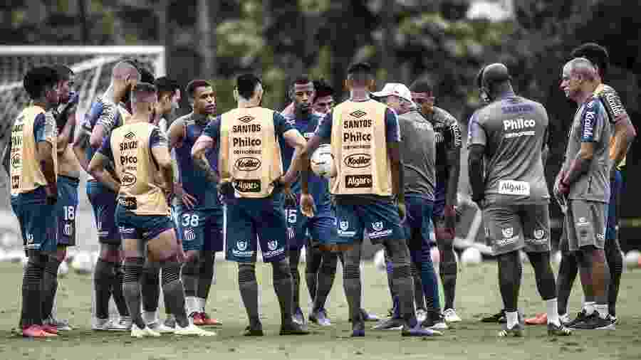 Jesualdo Ferreira conversa com jogadores do Santos durante treino no CT - Ivan Storti/Santos FC