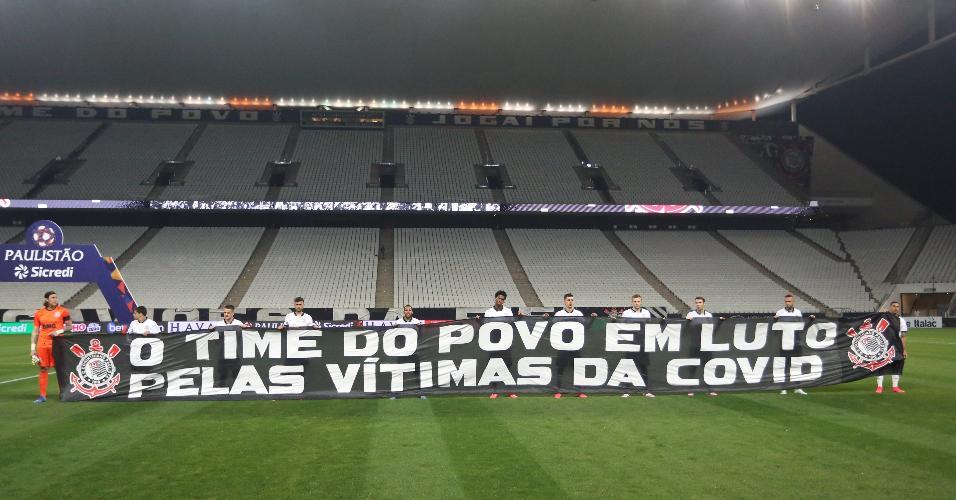 Jogadores do Corinthians exibem faixa em homenagem às vítimas da Covid-19
