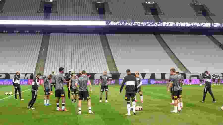 Jogadores do Corinthians se aquecem na Arena antes de enfrentar o Palmeiras - Rodrigo Coca/Agência Corinthians