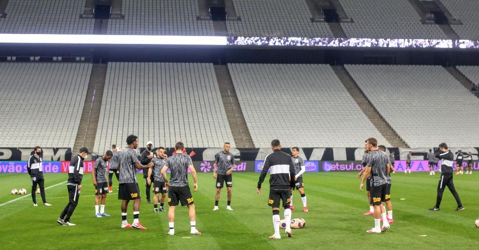 Jogadores do Corinthians se aquecem na Arena antes de enfrentar o Palmeiras