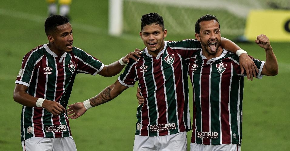 Marcos Paulo e Nenê comemoram gol marcado por Evanílson, contra o Atlético-GO, pelo Campeonato Brasileiro