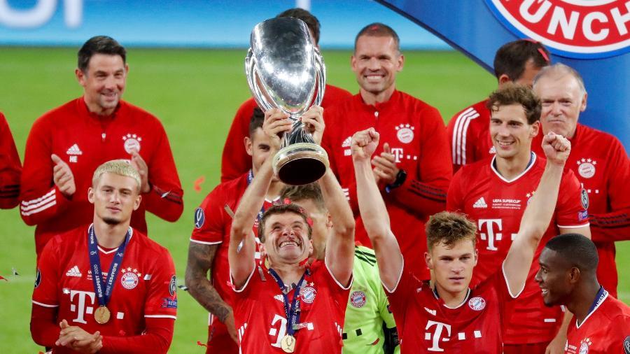 Thomas Muller ergue troféu da Supercopa da Europa após Bayern de Munique vencer Sevilla na prorrogação - Bernadett Szabo - Pool/Getty Images