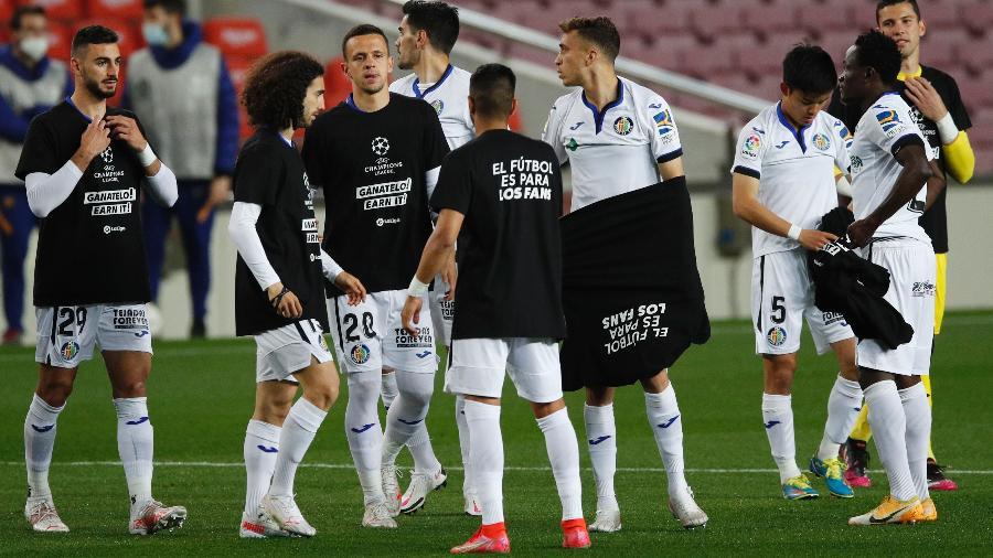 Jogadores do Getafe usam camisetas com mensagem contra a Superliga europeia - ALBERT GEA/REUTERS