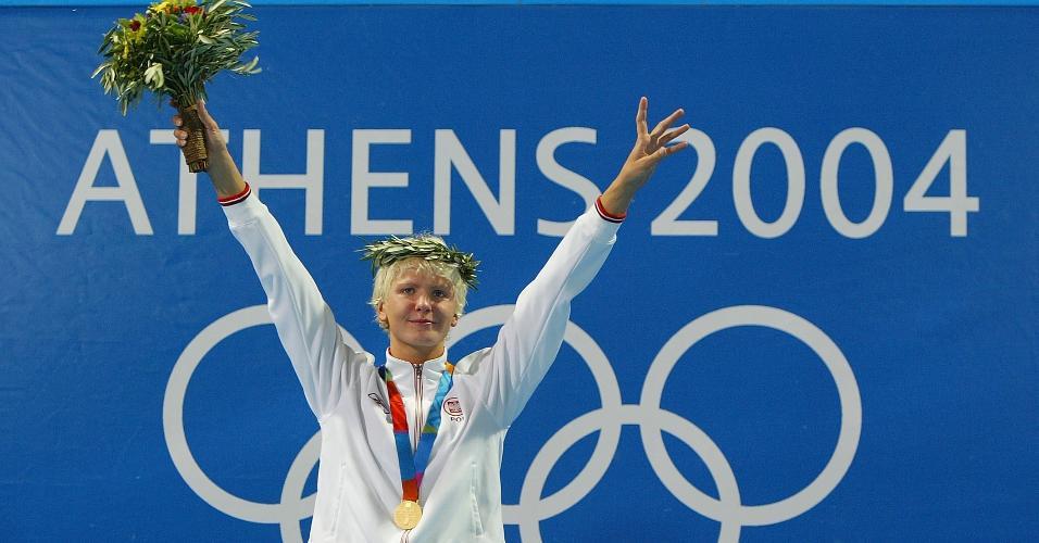 Otylia Jedrzejczak, da Polônia, comemora a medalha de ouro da prova dos 200 metros borboleta, nas Olimpíadas de Atena, em 2004