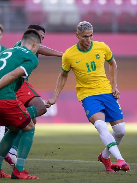 Richarlison diante da marcação de César Montes na semifinal contra o México - Lucas Figueiredo/CBF
