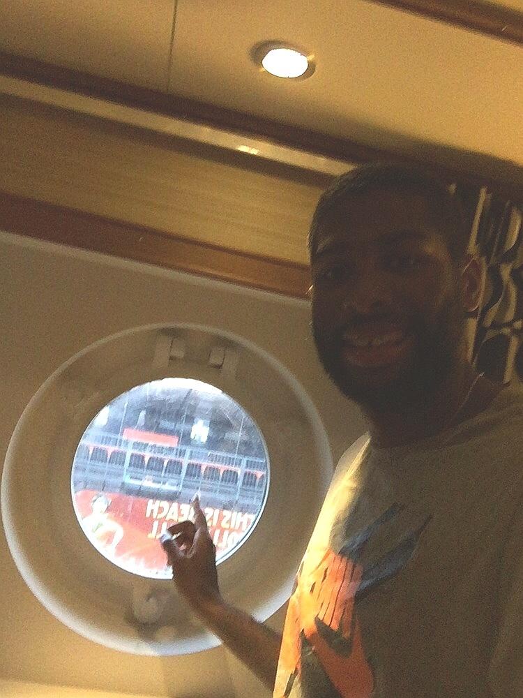 Evandro na janela do navio SS Roterdã