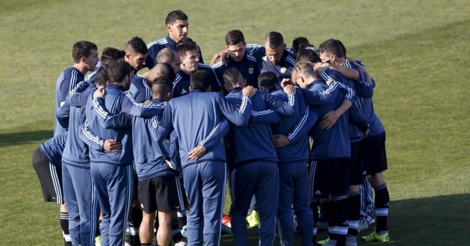 Jogadores da Argentina se reúnem no gramado antes da final. Seleção não conquista um título desde 1993