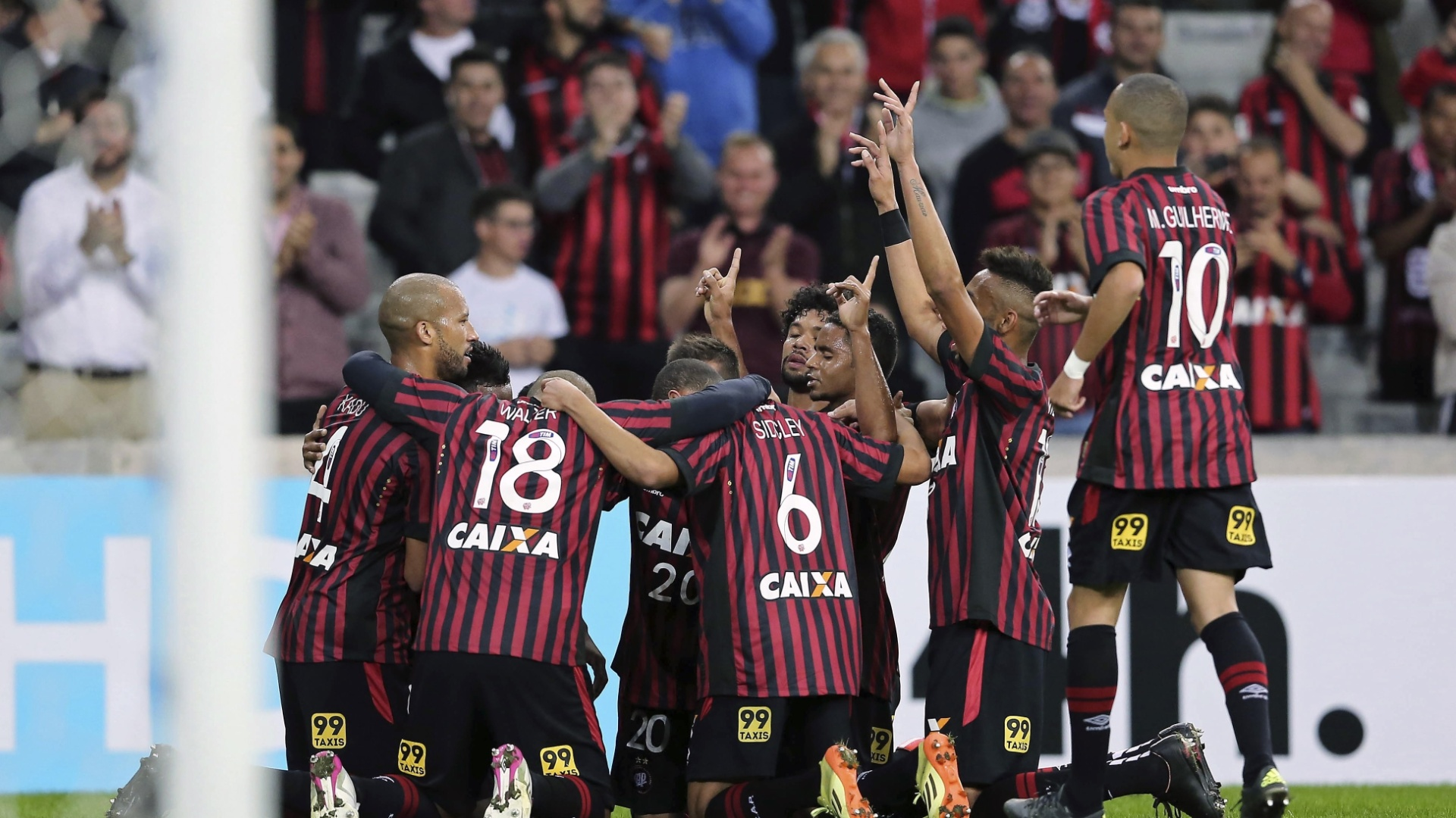 Jogadores do Atlético-PR comemoram gol marcado contra o Joinville, na Copa Sul-Americana