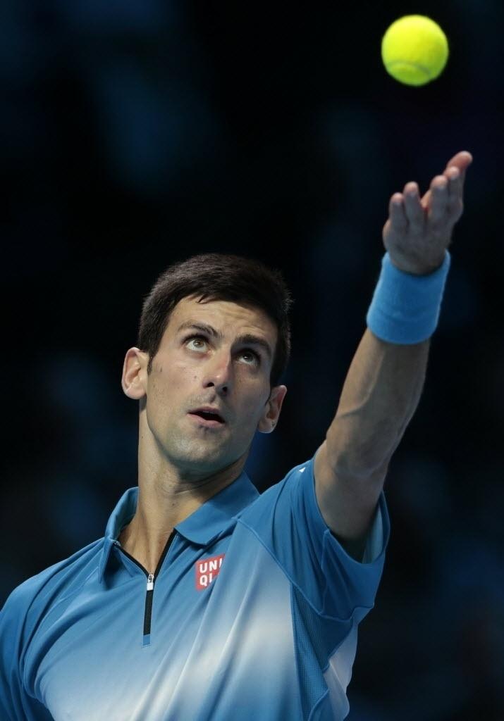 Novak Djokovic se prepara para sacar contra Roger Federer durante decisão do ATP Finals, neste domingo (22)