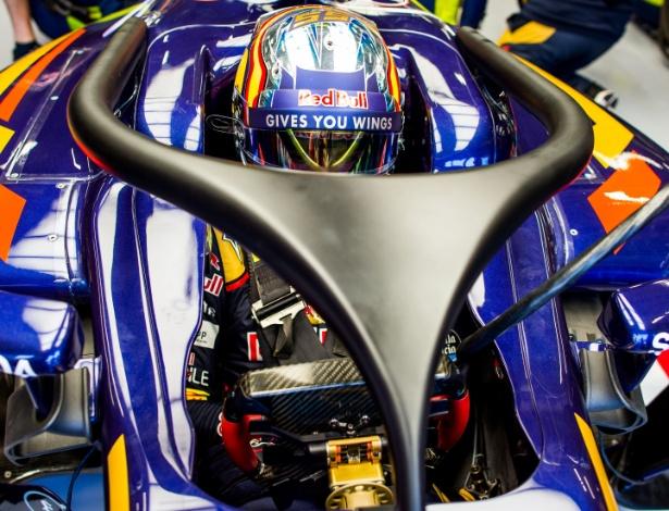 O espanhol Carlos Sainz em sua Toro Rosso com o halo - Peter Fox/Getty Images