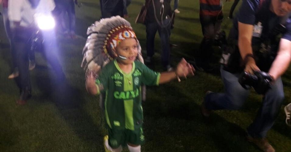 Carlos Miguel Garcia, 5 anos, é uma conhecida mascote da Chapecoense; público fez festa na entrada do Indiozinho