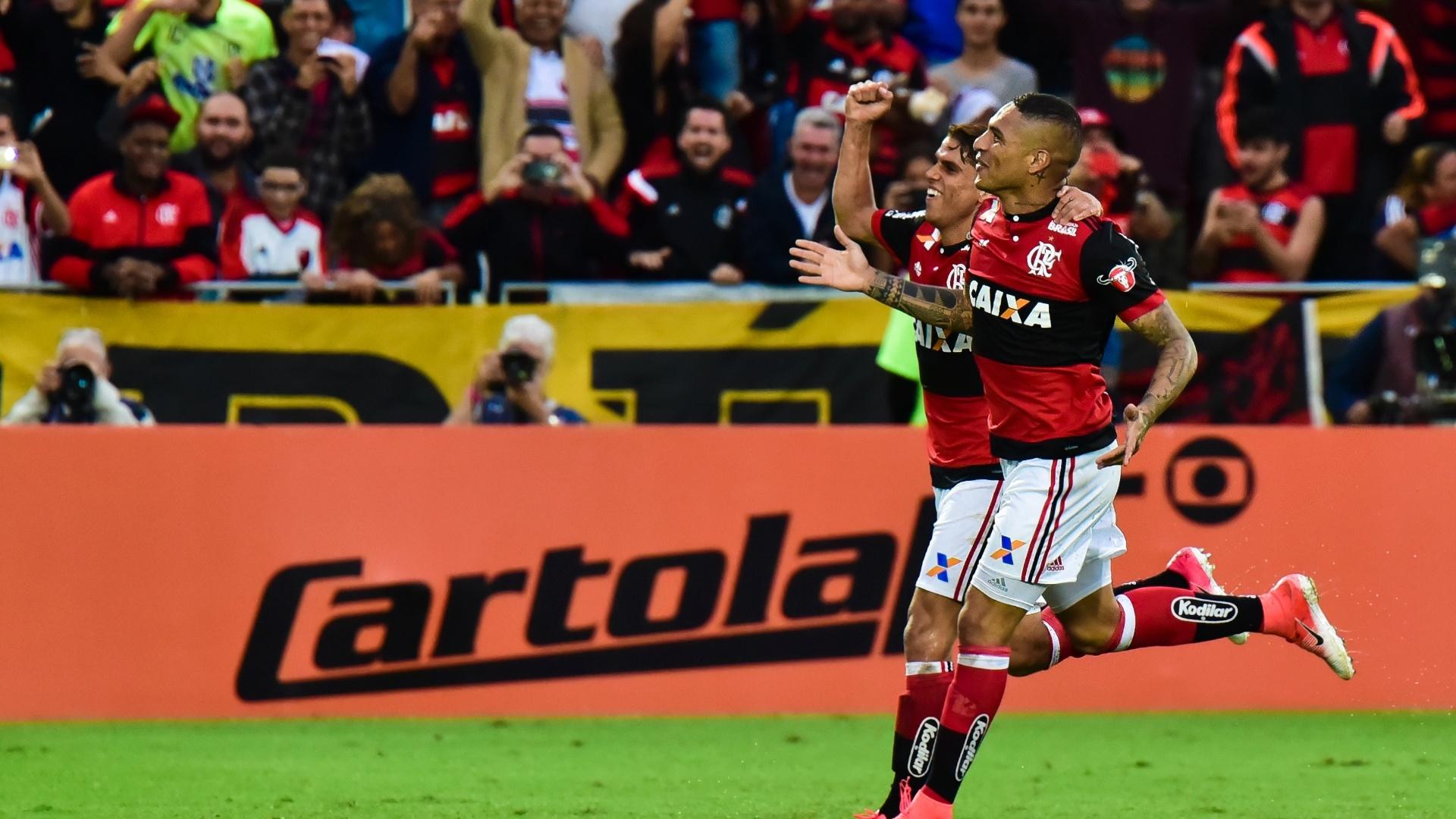 Guerrero comemora com torcida gol marcado contra o São Paulo