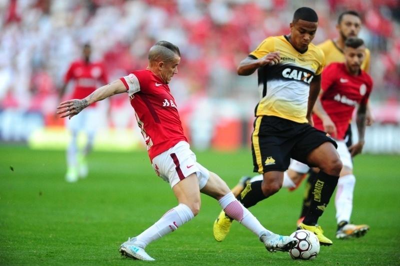 D'Alessandro tenta escapar do marcador do Criciúma no duelo contra o Inter