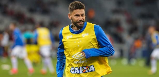Rafael Sóbis, atacante do Cruzeiro, supera desmaio no vestiário