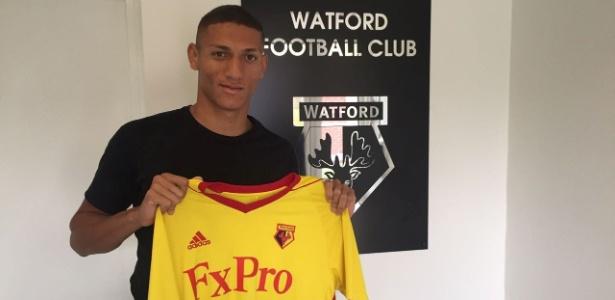 Richarlison posa com a camisa de seu novo clube