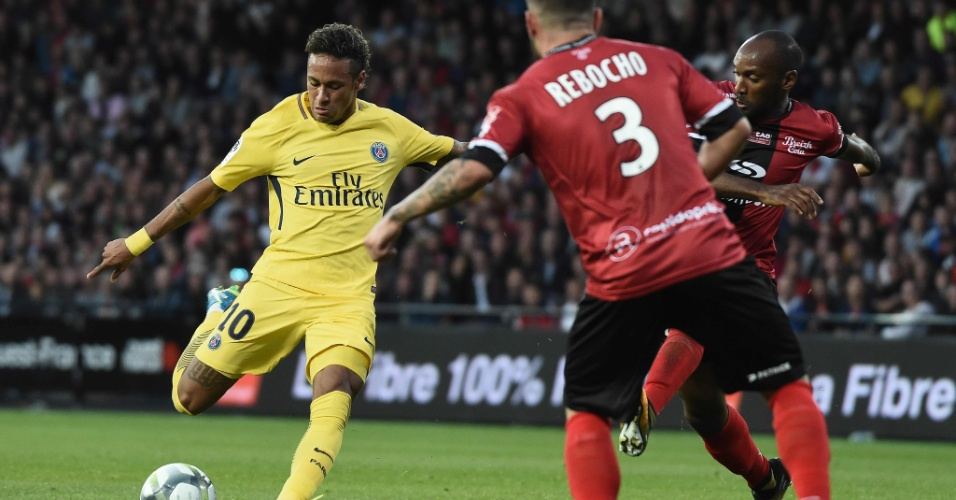 Neymar arrisca chute da entrada da área, mas a bola vai para fora
