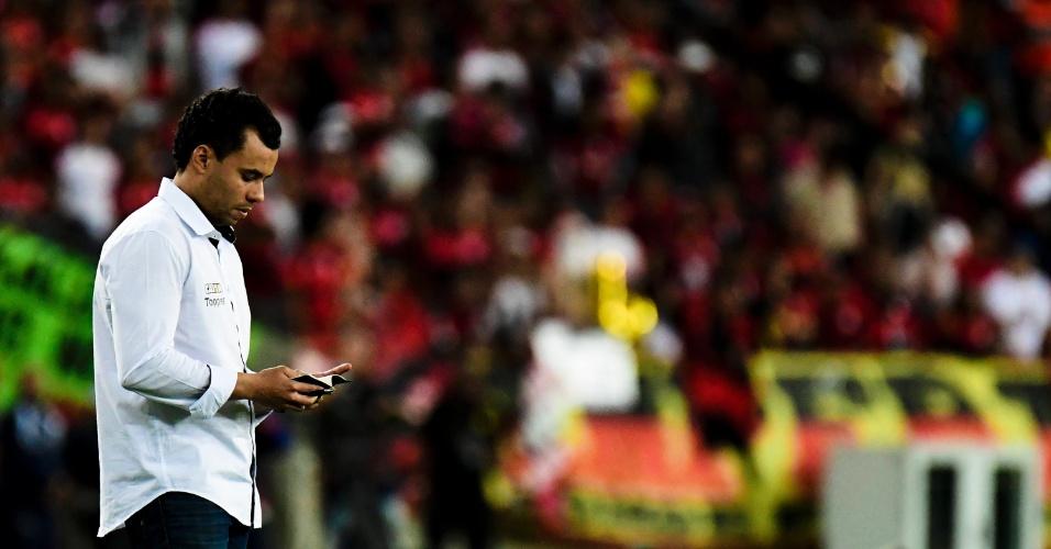 Jair Ventura coordena os jogadores do Botafogo contra o Flamengo