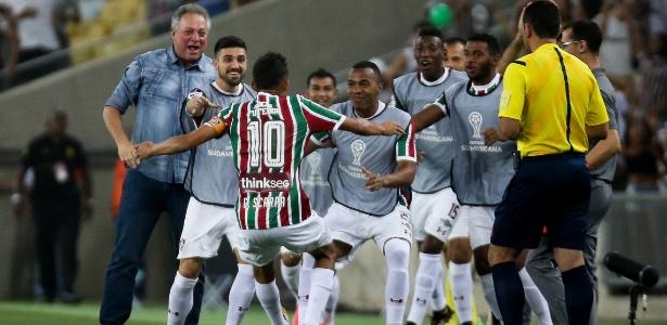 Time do Flu comemora gol de Scarpa contra a LDU. Rivais tem reencontro nesta noite