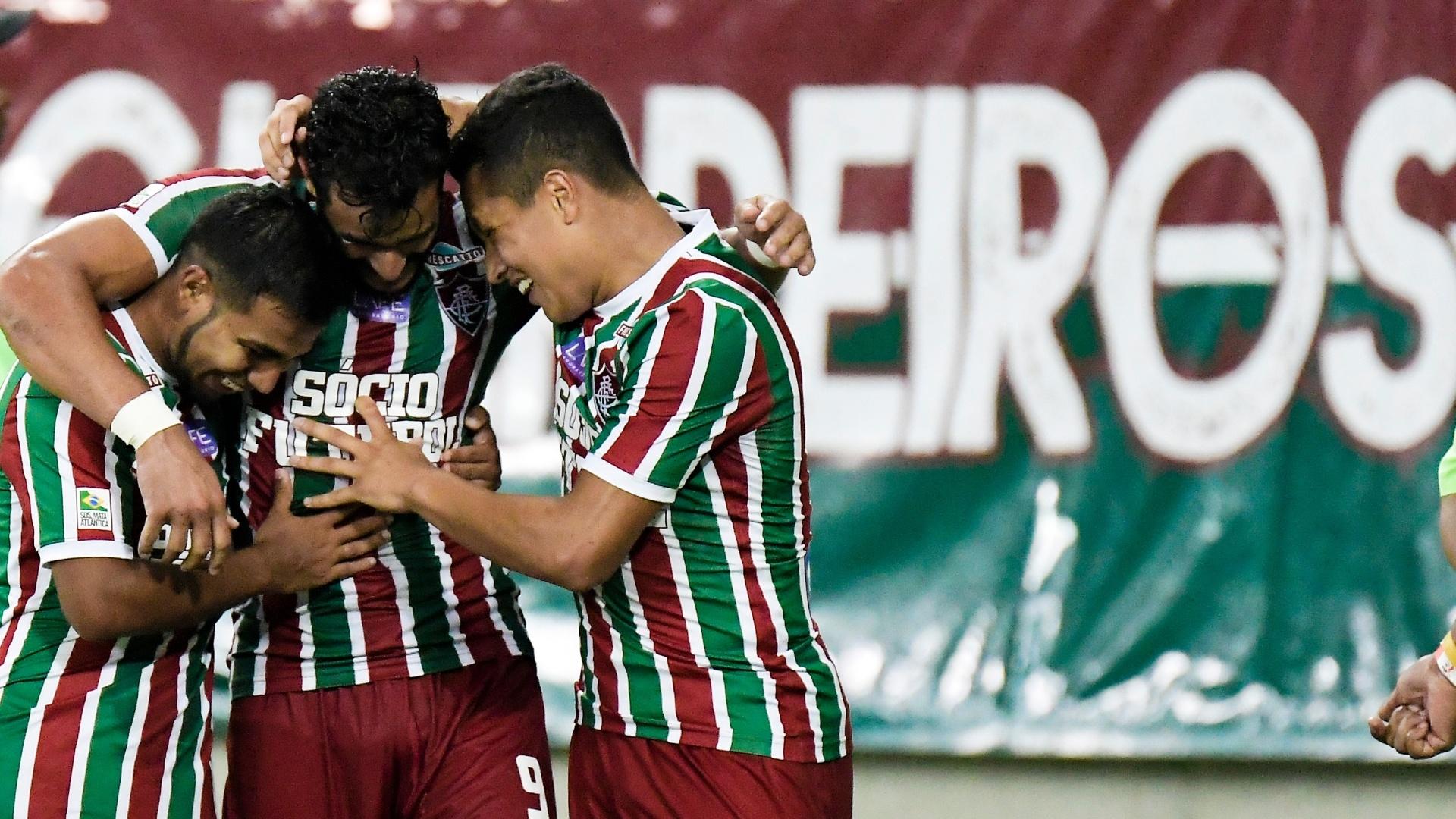 Henrique Dourado festeja com parceiros o gol contra de Pará para o Fluminense